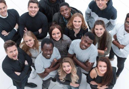 Photo pour Grand groupe de jeunes gens divers regardant la caméra. isolé sur un fond blanc - image libre de droit