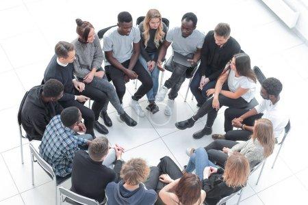 Photo pour Vue de dessus. groupe de jeunes discutant de leurs problèmes lors d'un séminaire en réseau - image libre de droit