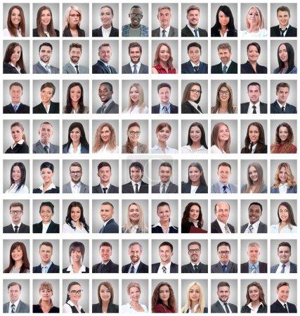 Photo pour Portraits d'un groupe d'employés prospères isolés sur blanc. collage photo - image libre de droit