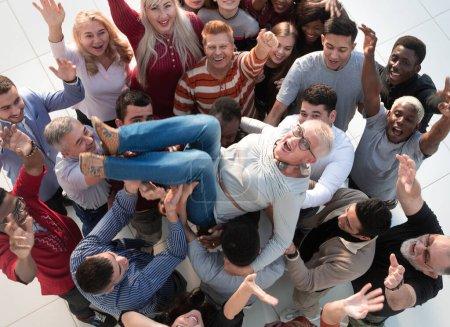 Photo pour Vue de dessus. un groupe international de jeunes célébrant leur succès  . - image libre de droit