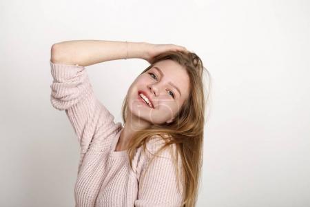 Nahaufnahme Porträt eines hübschen jungen Schulmädchens mit dunkelblonden Haaren