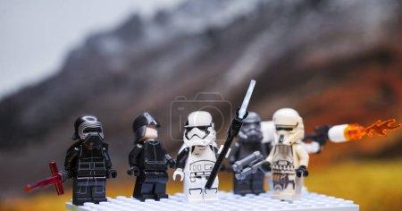 Photo pour Russie, 1er avril 2018. Armée de lego star wars clone troopers. Figurines LEGO sont fabriqués par le groupe Lego. Kylo Ren et l'équipe de Stormtroopers - image libre de droit