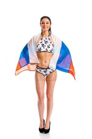 Photo pour Pleine longueur de belle femme brune en bikini avec le drapeau russe, isolé sur fond blanc - image libre de droit