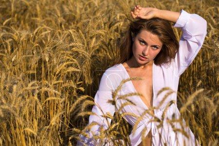 Photo pour Femme heureuse sur le champ de blé - image libre de droit
