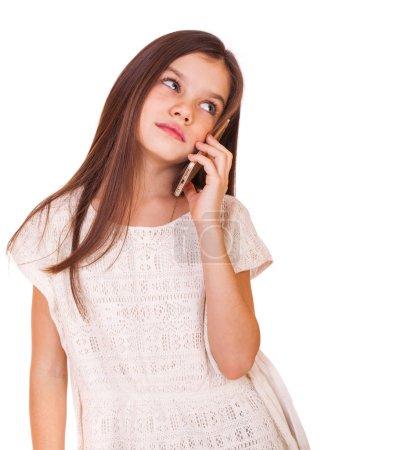 Photo pour Une jeune fille branchée sur un smartphone - isolée sur fond blanc - image libre de droit