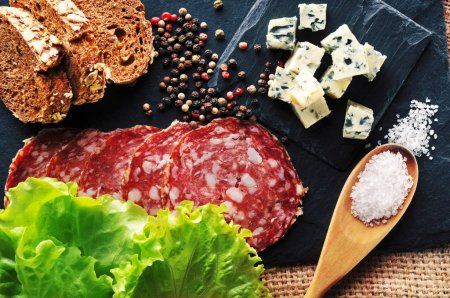 Tranches de Roquefort et une cuillère de sel