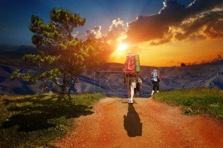 Touristes à marcher avec le backbags dans les montagnes sauvages