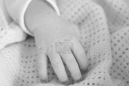 hand of the newborn baby