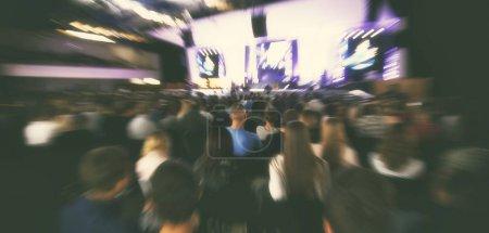 Photo pour Beaucoup de jeunes gens dans une grande salle, écouter un orateur - image libre de droit