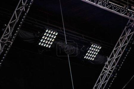 Photo pour Moscou - quejoue 14, 2017: Matériel d'éclairage de concert professionnel monté sur la scène de concert en plein air. Lumières pro sur le dessus de la scène pour événement musical en direct. Stade équiper pour boite de nuit, Music-Hall - image libre de droit