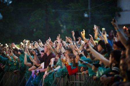 Photo pour Moscou - quejoue 14, 2017: Public grand concert jeunes mis mains jusqu'à la musique préférée. Foule de concert s'amuser à l'événement musical live du plein air l'été - image libre de droit