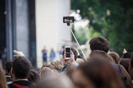 Photo pour Moscou - quejoue 14, 2017: musique fan concert film de Noize mc avec téléphone intelligent dans la main. Public de concert avec les téléphones intelligents, prendre des photos du musicien préféré jouer un set live sur scène - image libre de droit