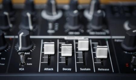 Photo pour Contrôleur midi professionnel pour producteur dj & musique de fête. Jouer & remixer des pistes avec des équipements audio modernes. Mettre l'accent sur les faders & régulateurs pour contrôler le volume & effets sonores - image libre de droit