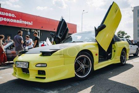 Photo pour KYIV-28 JUILLET 2019 : Salon de la voiture JDM à l'extérieur.Salon japonais des voitures dérivantes en été.Toyota Supra rétro modifiée avec portes lambo et phares cachés pop-up - image libre de droit