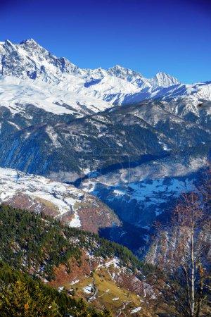 Photo pour Spectaculaire glacier Chalaadi, situé sur le versant sud des monts Causacus, vue du mont Zuruldi à Hatsvali, région de Svaneti supérieur de la Géorgie. Fin automne . - image libre de droit