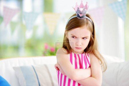 Photo pour Mauvaise humeur petite fille portant le sentiment de diadème de princesse en colère et insatisfaite. Notion de crise de colère enfants. - image libre de droit