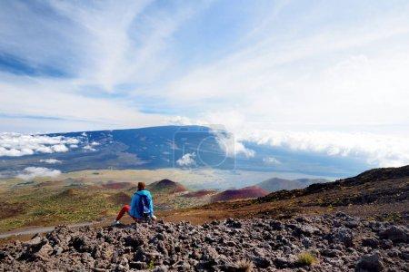 Photo pour Touriste admirant une vue imprenable sur le volcan Mauna Loa sur la grande île d'Hawaï. Le plus grand volcan subaérien en masse et en volume, Mauna Loa a été considéré comme le plus grand volcan sur Terre - image libre de droit