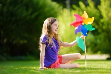 dziewczynka gospodarstwa kolorowe zabawki Wiatraczek