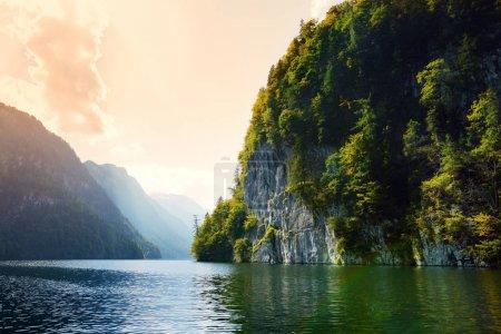 Photo pour Superbe eau de Konigssee, connu comme le lac le plus profond et le plus propre d'Allemagne, situé dans le sud-est Berchtesgadener Land district de Bavière, près de la frontière autrichienne - image libre de droit
