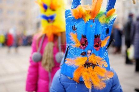 Foto de Dos lindas niñas con aterradoras máscaras durante la celebración de Uzgavenes, un lituano anual festival popular que tendrá lugar siete semanas antes de Pascua - Imagen libre de derechos