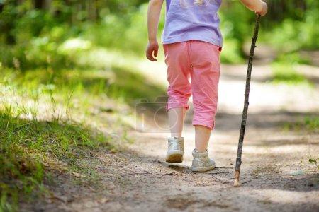 Photo pour Mignonne petite fille s'amuser en forêt randonnée journée d'été belle. - image libre de droit