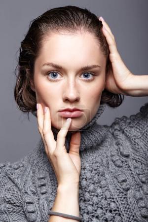 Photo pour Portrait de beauté de jeune femme en pull en laine grise. Brunette fille avec des yeux bleu vif et jour maquillage féminin . - image libre de droit