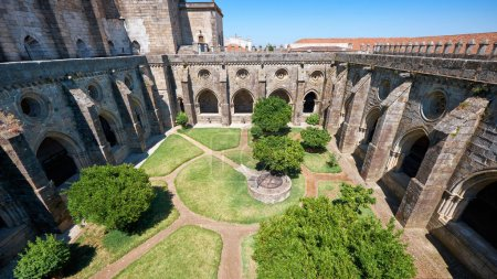A cloister circumjacent the interior courtyard of Cathedral (Se)