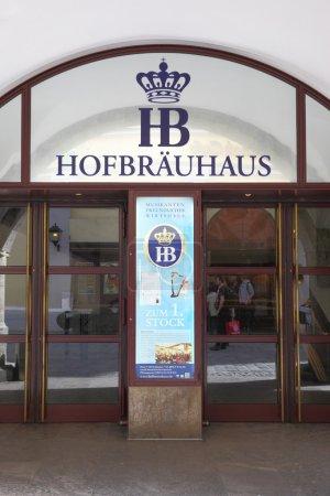 Photo pour Munich, Allemagne - 18 mai 2016: Entrée principale de brasserie Hofbraeuhaus à Munich - image libre de droit
