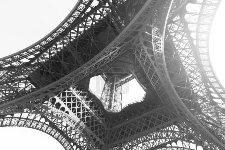Photo pour Vue d'angle de la tour Eiffel à Paris, France. Image en noir et blanc - image libre de droit