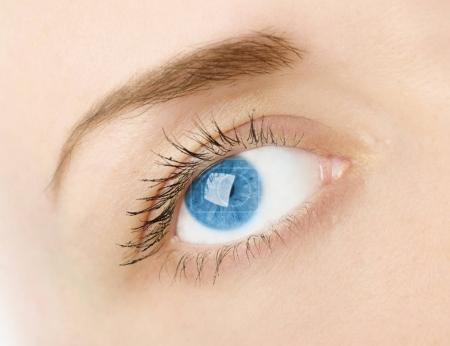 womans blue eye