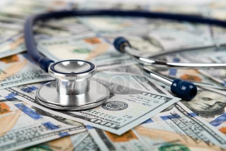 Photo pour Concept des coûts des soins de santé. Stéthoscope et billets en dollars - image libre de droit