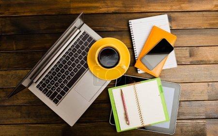 Foto de Escritorio de oficina con ordenador portátil, notebook, smartphone y café taza - Imagen libre de derechos