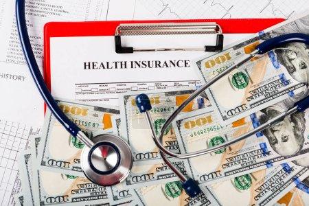 Foto de Concepto de los costos de salud. Billetes de dólar y estetoscopio - Imagen libre de derechos
