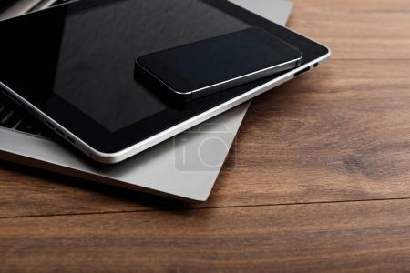 Photo pour Ordinateur portable avec smartphone et tablette PC sur table en bois - image libre de droit