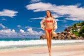 """Постер, картина, фотообои """"женщина с саронг на пляже в Сейшельские острова"""""""
