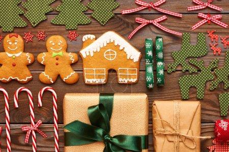 Photo pour Noël maison biscuits au pain d'épice et décorations faites à la main sur fond en bois plat laïc - image libre de droit