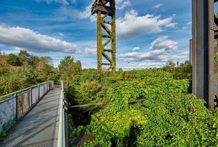 Photo pour Usine industrielle abandonnée à Duisburg, Allemagne. Parc public Landschaftspark, point de repère et attraction touristique. - image libre de droit