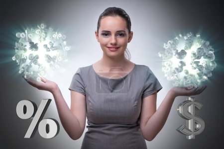 Photo pour Femme d'affaires dans le concept de taux d'intérêt élevés - image libre de droit