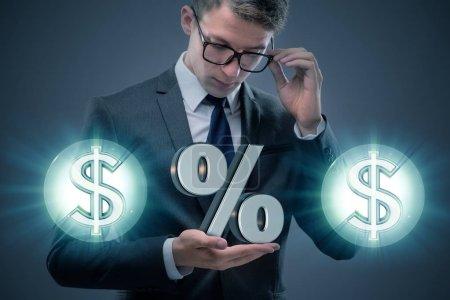Photo pour Homme d'affaires dans le concept de taux d'intérêt élevés - image libre de droit