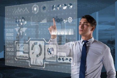 Photo pour Homme d'affaires dans le concept d'exploration de données - image libre de droit