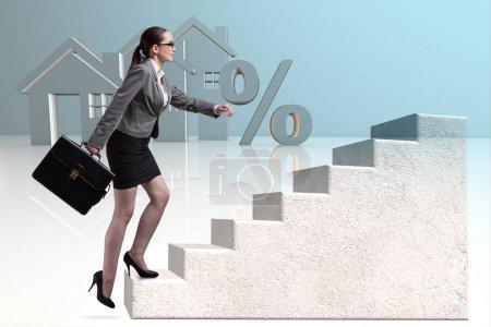 Photo pour Femme d'affaires marchant dans les escaliers en hypothèque - image libre de droit