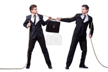 Photo pour Jumeaux frères en remorqueur de guerre concept isolé sur blanc - image libre de droit