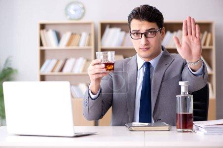 Photo pour Jeune homme d'affaires buvant du stress - image libre de droit