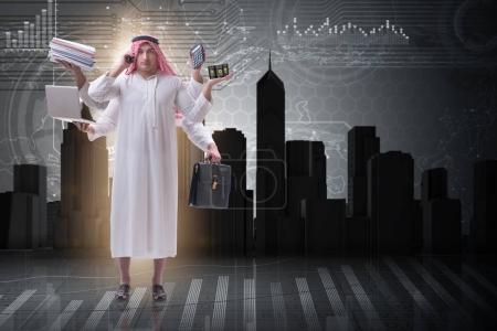 Photo pour Homme d'affaires arabe dans le concept du multitâche - image libre de droit