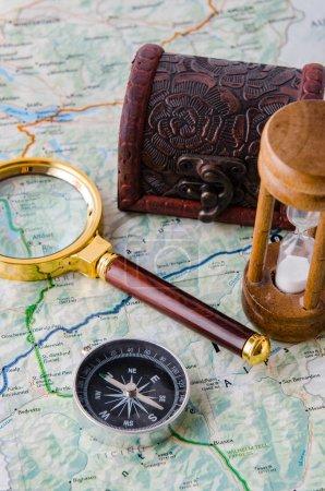Photo pour Concept de voyage avec boussole et carte - image libre de droit
