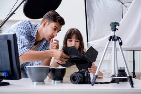 Photo pour Jeune photographe travaillant dans un studio photo - image libre de droit