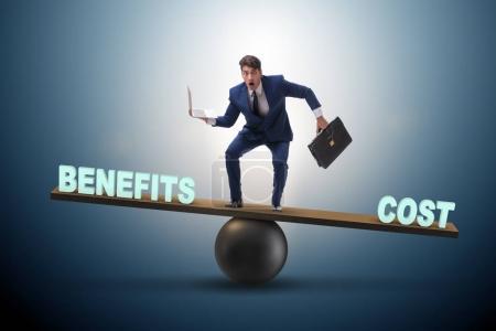 Photo pour Homme d'affaires équilibrage entre le coût et l'avantage dans le concept d'entreprise - image libre de droit
