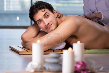 Photo pour Jeune homme beau pendant la procédure de spa - image libre de droit