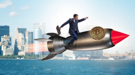 Foto de Empresario del vuelo en cohete en precio del bitcoin concepto de levantamiento - Imagen libre de derechos