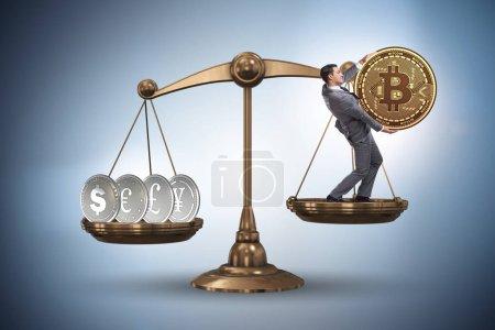 Photo pour Homme d'affaires sur les échelles avec Bitcoins et autres devises - image libre de droit